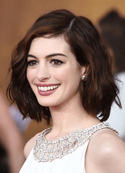 Anne Hathaway confirma sarcina printr-o fotografie sugestiva