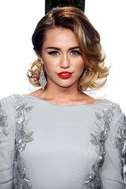 Cantareata Miley Cyrus s-a logodit