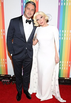 Lady Gaga si iubitul ei au pozat nud