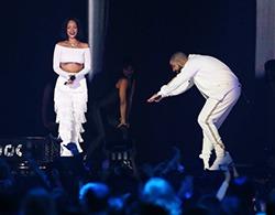 Rihanna si Drake, show erotic pe scena de la Brit Awards