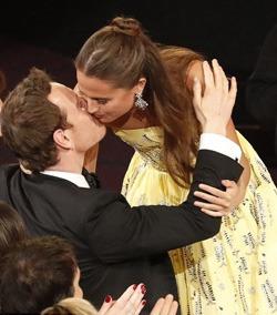 Alicia Vikander si Michael Fassbender: un sarut de Oscar