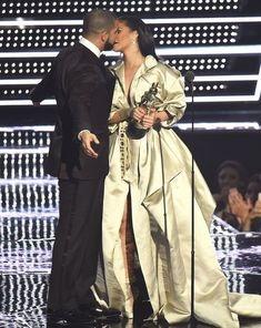 E oficial? Rihanna si Drake formeaza un cuplu?
