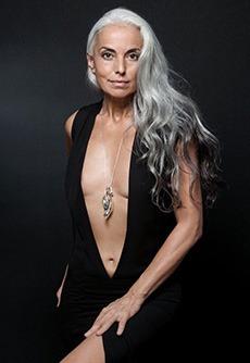 Are 60 de ani si a fost declarata cea mai sexy bunica din lume