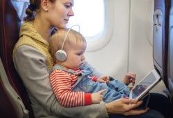 Ce sa iei cu tine in avion cand calatoresti cu cel mic