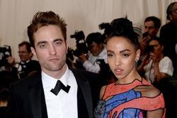 Din nou burlac! Robert Pattinson s-a despartit de iubita!