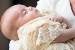 Printul Louis Arthur Charles, al treilea copil al ducilor de Cambridge, a fost botezat in cadrul unei ceremonii restranse