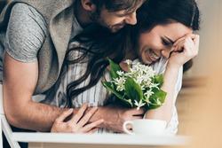 6 feluri in care sa ii atragi atentia chiar daca esti timida