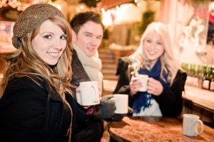 7 feluri subtile de a flirta cu strainii (fara sa para ciudat)