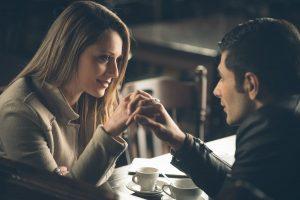 Cum vă țineți de mână? Limbajul secret al mâinilor