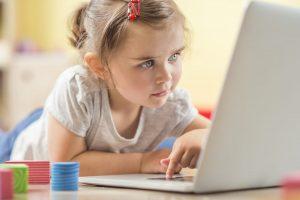 Copiii şi reţelele sociale. Cum să îi ţii în siguranţă online!