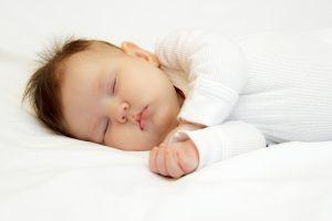 Este bine să dormi în acelaşi pat cu copilul tău?