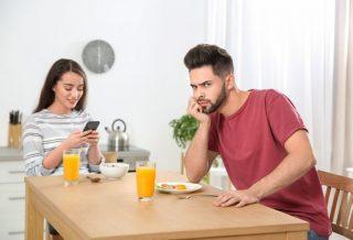 """Ce este """"phubbing"""" şi cum afectează relaţiile de cuplu"""